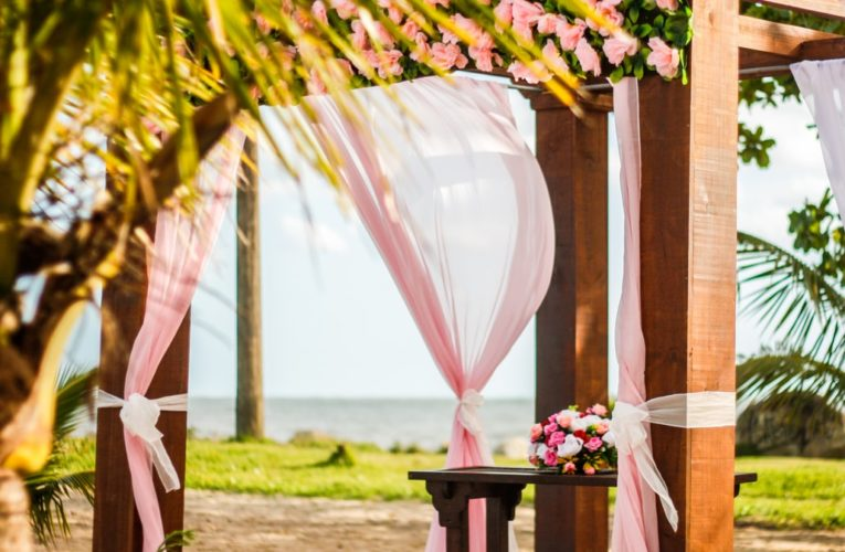 GRACE YOURSELF WITH THESE TIPS FOR BEACH WEDDINGS